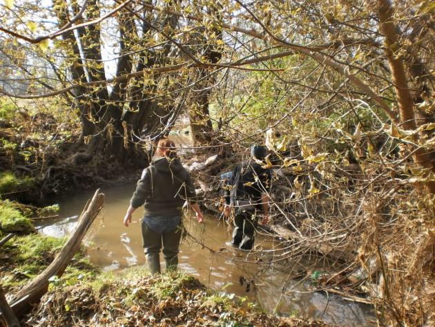 Pracovníci Štátnej ochrany prírody CHKO Poľana pri dohľadávaní korýtok riečnych pri jednej z hlbočín v odrezanom koryte potoka. Voda v niektorých hlbočinách dosahovala až 1,4 m.