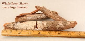 Chinín sa najčastejšie získava z kôry 6 a viac ročných chinínovníkov ale môže sa získavať aj z iných častí stromu.