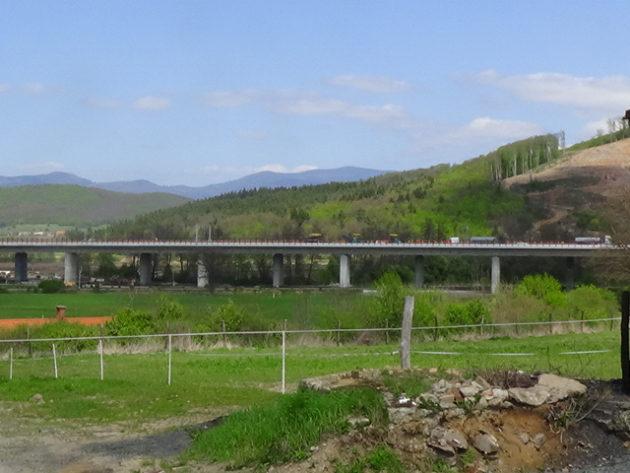 Pohľad na most R2 z Masarykovho dvora v obci Pstruša.