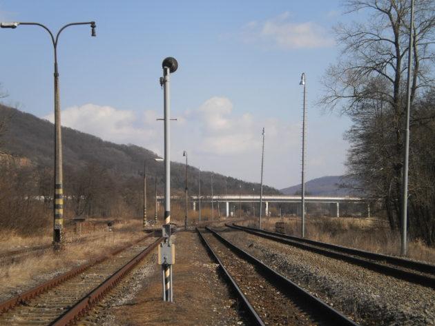 Pohľad od železničnej stanice na Pstrušy na nový most na R2 premosťujúci železničnú trať a rieku Slatina.