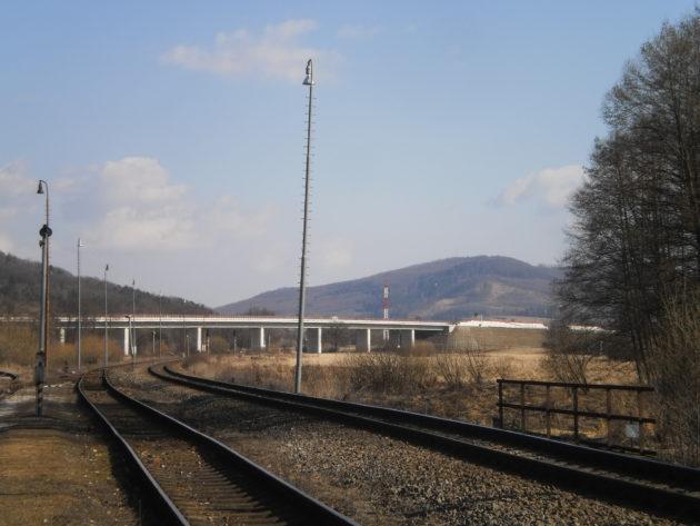 Trocha južnejší pohľad na napojenie mosta na úsek cesty na násype cca 8 m vysokom. pred začiatkom stavby sa aj v túchto miestach robil pomerne rozsiahli archeologický výskum.
