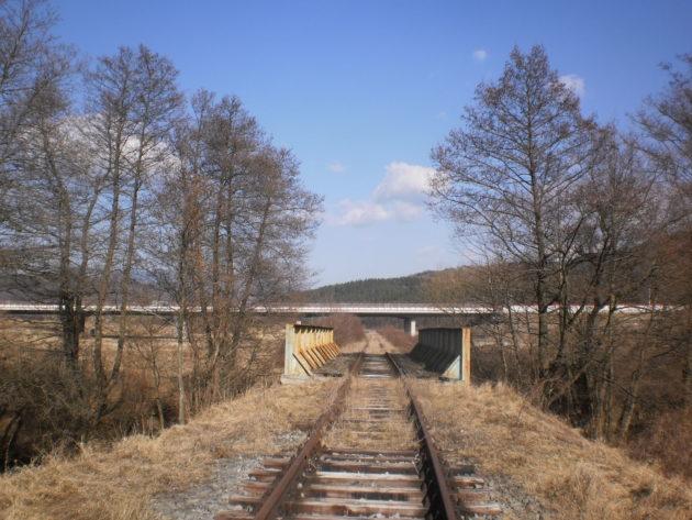 Pohľad na druhý most na R2 pri Pstruši premosťujúci v súčastnosti nevyužívanú železničnú trať k Podpolianskym strojárňam a potok Hradná tiež nazývaný Dúbravský potok