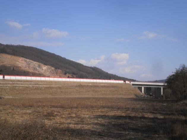 Teleso násypu R2 z ktorého vychádza most prechádzajúci cez rieku Slatina smere k železničnej trati.