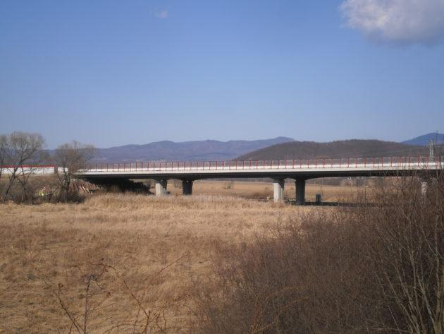 Pohľad na časť mosta premosťujúci železničnú trať k Podpolianskym strojárňam a potok Hradná